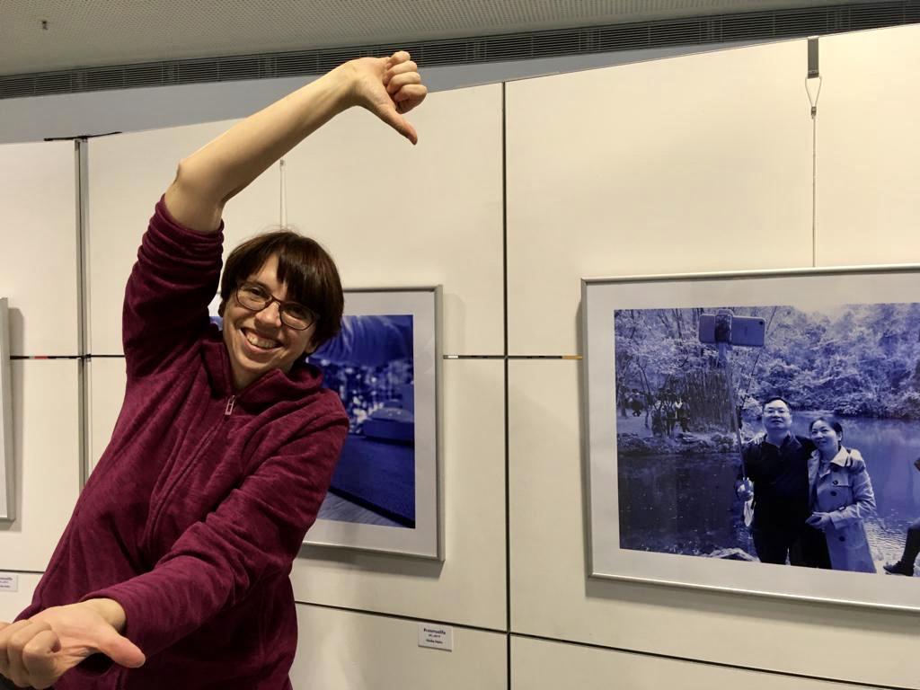 Heike Hahn beim Aufbau der Ausstellung, Foto: Tobias Ott