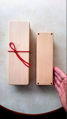 台屋の鰹節削り器(左)赤香(右)