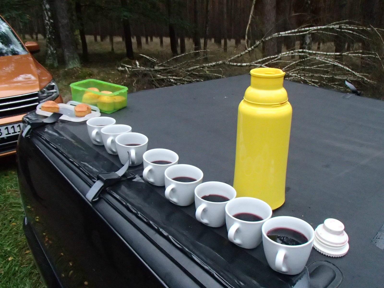 Der Tag beginnt mit einer Weinverkostung, brüderlich durch 8 geteilt.