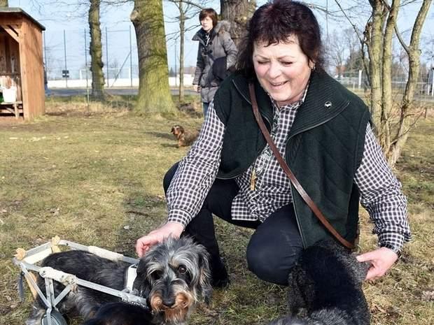 Die Vorsitzende Angela Kummert mit Ulme.