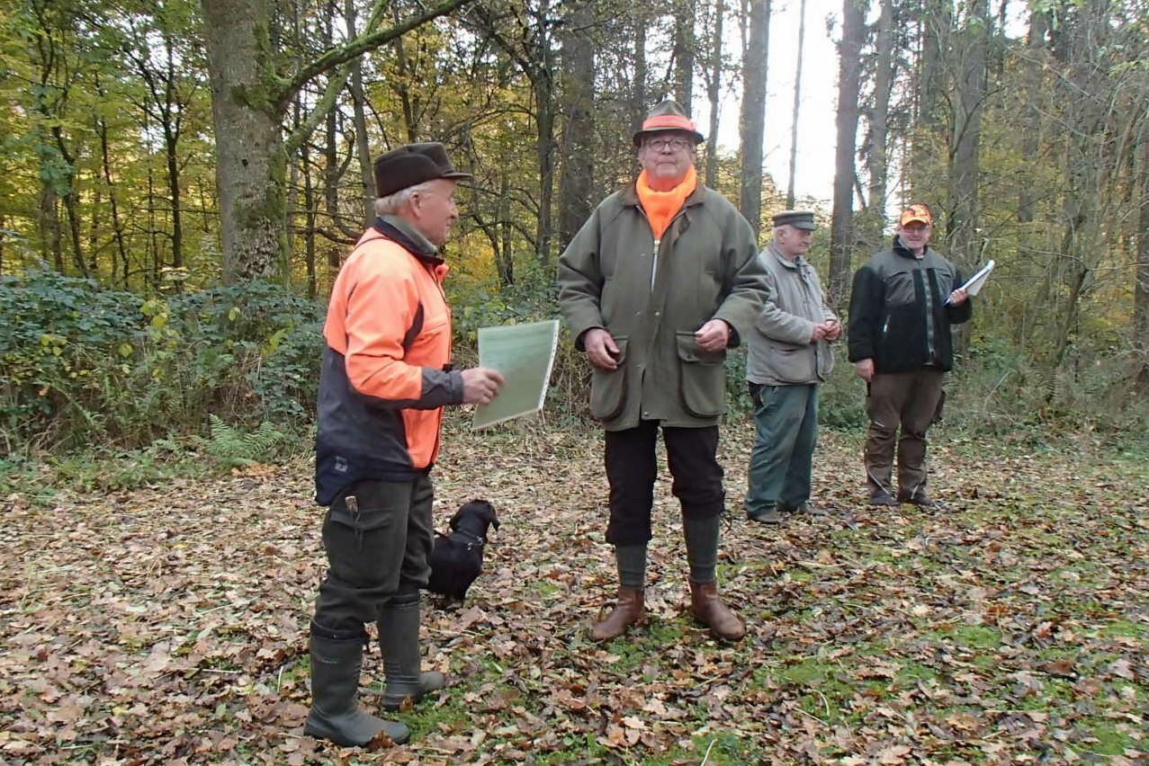 Lothar Kusian empfängt aus der Hand des Jagdherren die Urkunde für Stöbern im Jagdbetrieb.