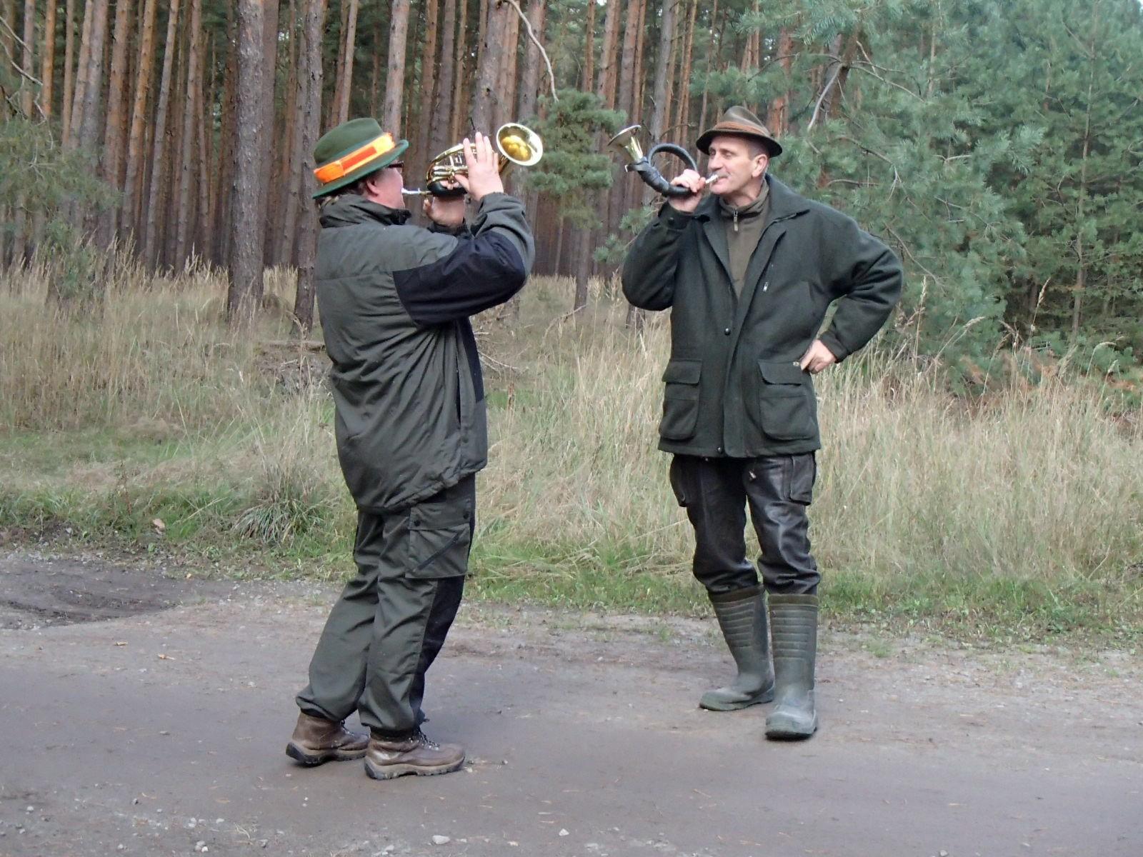 Heidrun und Lutz blasen das Jagdsignal Zum Essen.
