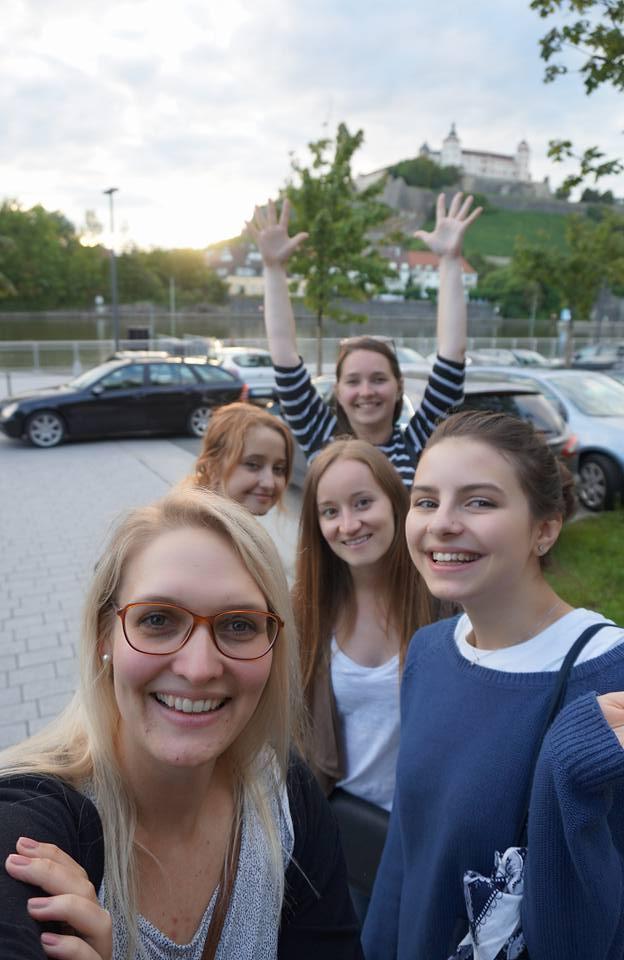 Deutsch lernen in Würzburg, Freizeit am Main mit der Festung Marienberg im Hintergrund