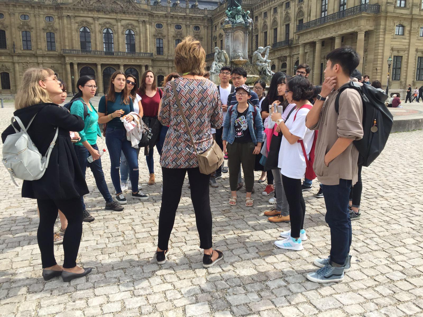 Deutsch lernen in Würzburg, Kulturprogramm, Stadtführung vor der Residenz