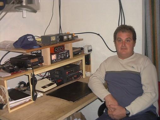 Este soy yo en mi primer cuarto de radio
