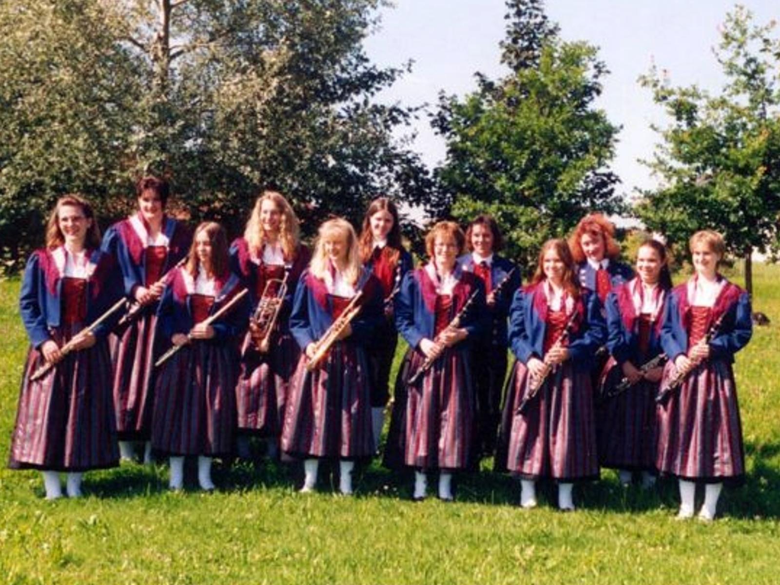 Musikverein Füramoos im Jahr 1997- erstmalige Anschaffung von Dirndln