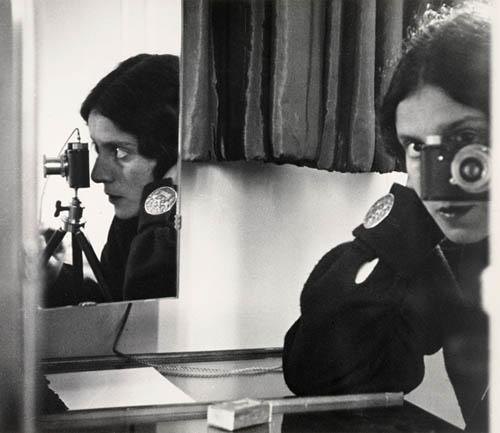 Imagem: Ilse Bing, Self-Portrait in Mirrors, 1931 (Extraída de http://bit.ly/2aJHAOi)
