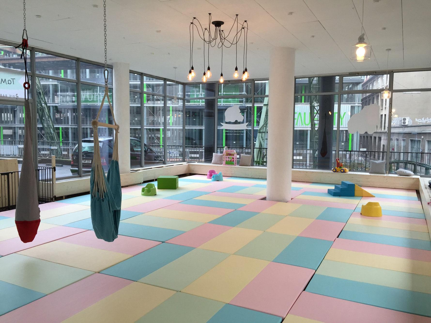 Unsere große Krabbelfläche besteht aus hochwertigen, handgefertigten Bodenmatten, die speziell für Kleinkinder und 100% schadstofffrei hergestellt sind. Verschiedene Babyschaukeln können zum Spielen oder zum Entspannen genutzt werden.