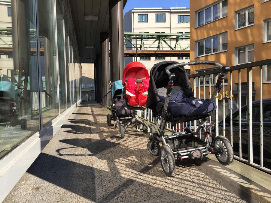 Ihr bekommt von uns ein Fahrradschloss, um den Kinderwagen am überdachten Geländer anzuschließen.