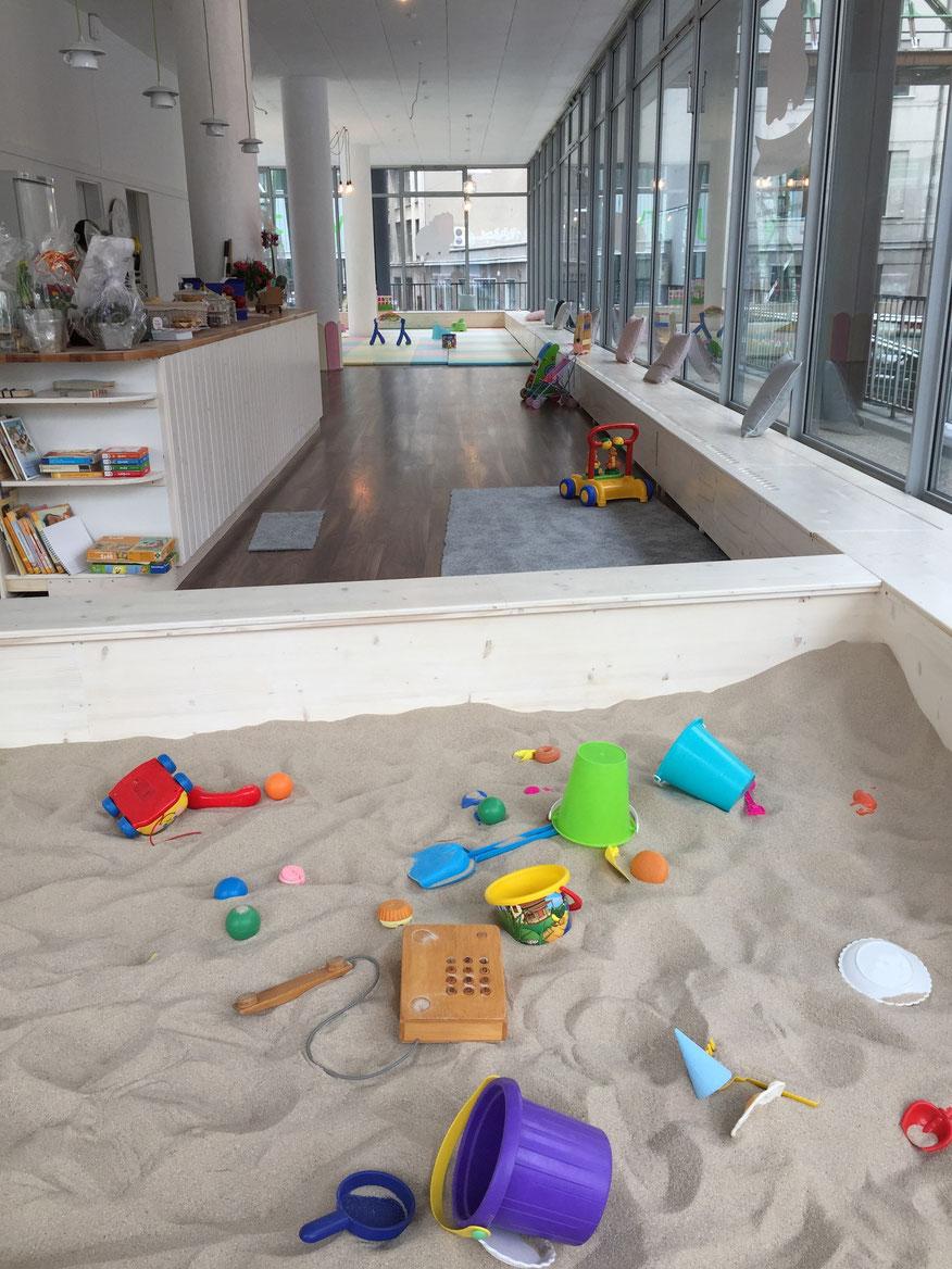 In unserem Sandkasten finden viele Kinder Platz um zu schaufeln, zu sieben, zu formen...