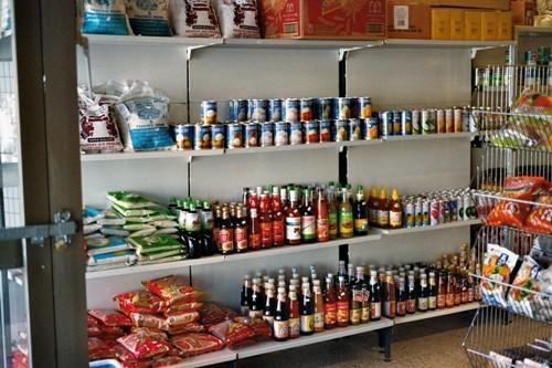 Foto eines Regals mit Waren aus dem Inneren des Asia Shops