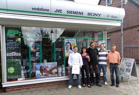 Foto mit den Mitarbeiter vor dem Fachgeschäft Holl in Cadenberge