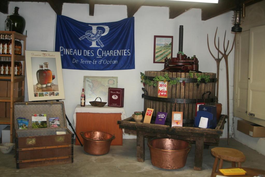 Présentation du chai de vente des produits de la gamme Pautier à Veillard (BOURG-CHARENTE)