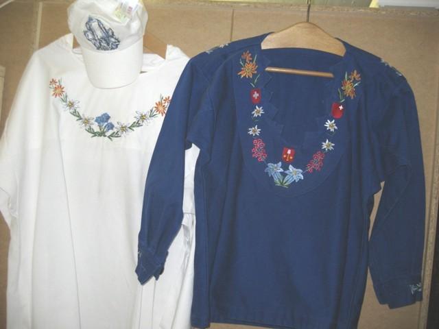 weisses Wenethirthemd bestickt, blaues Hirthemd selbst genäht und bestickt