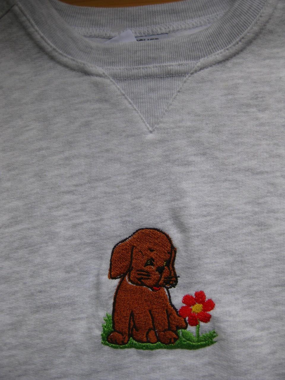 Pullover mit Hund und Blume