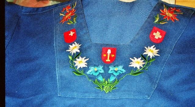 blaues Kinderhirthemd selbst genäht und bestickt