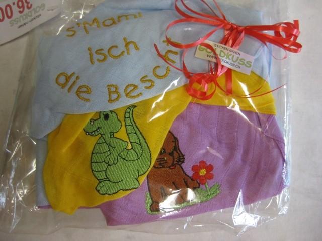 s'Mami isch die Bescht, Dino und Hund mit Blume