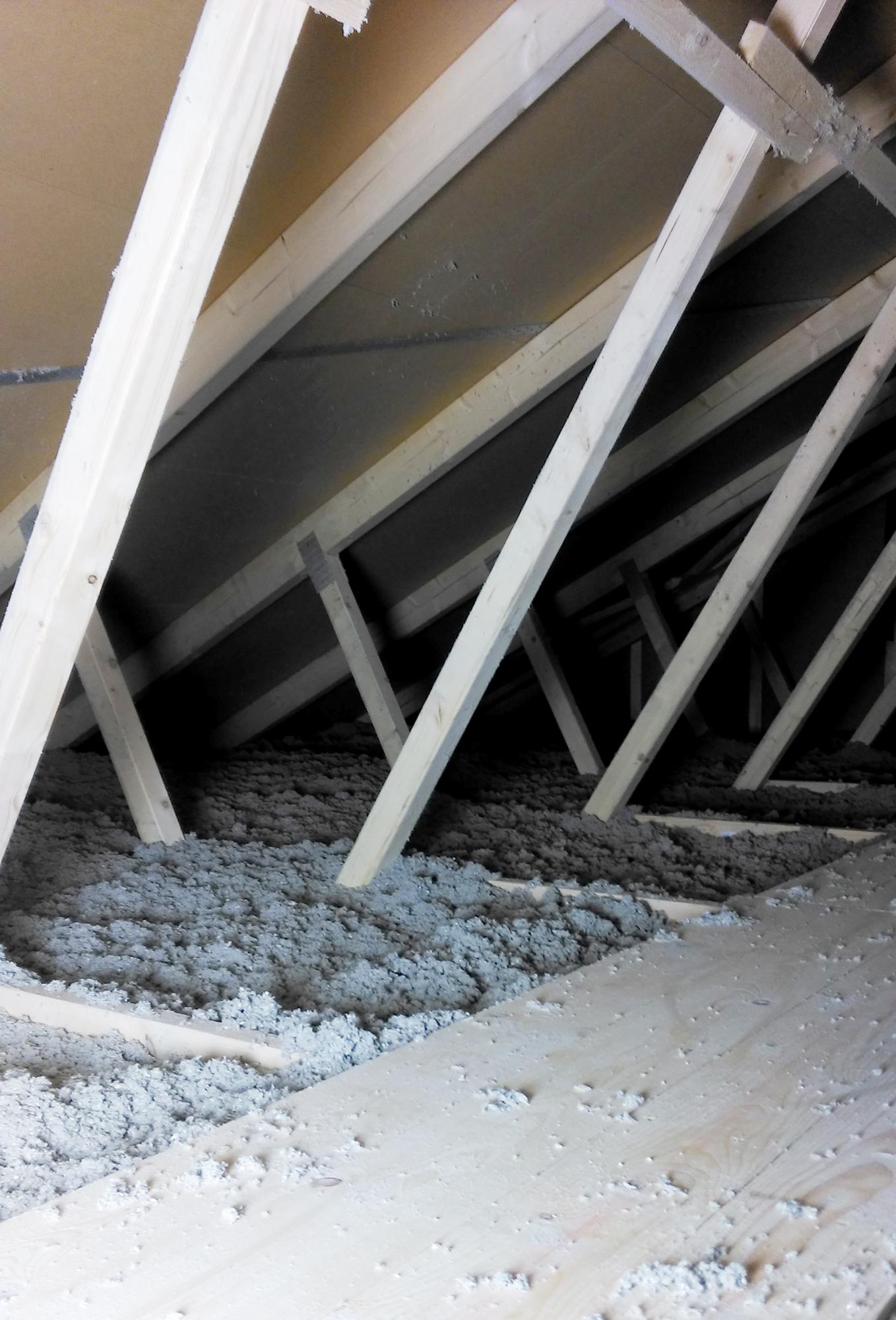 Gebäudedämmung mit Einblasdämmung im Dachstuhl