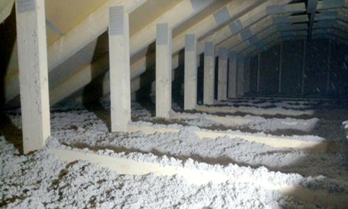 unausgebauter Dachstuhl mit Einblasdämmung Nachhaltigkeit bei Berg-Schwedenhaus