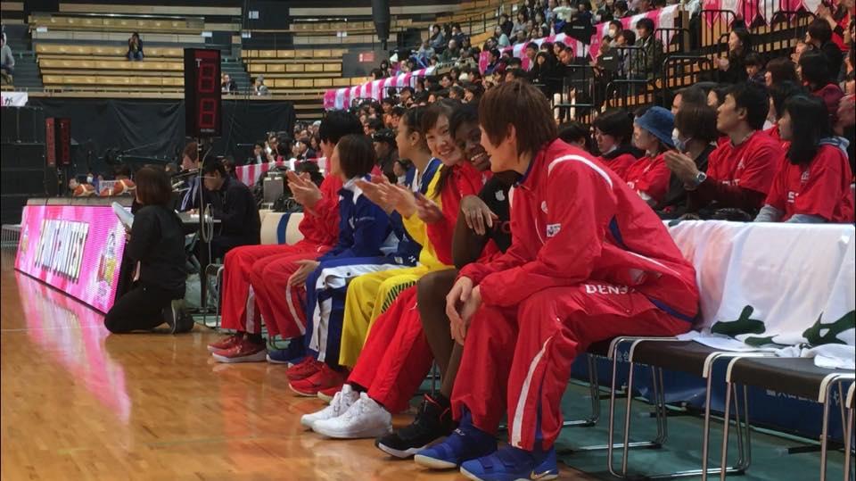 コンテストに出場する選手たちを盛り上げる高田選手