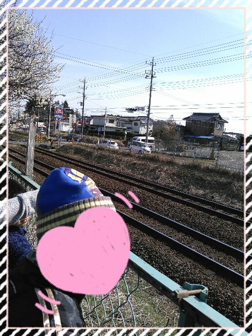 おやつの前にお散歩🎵電車を見に行きました😄
