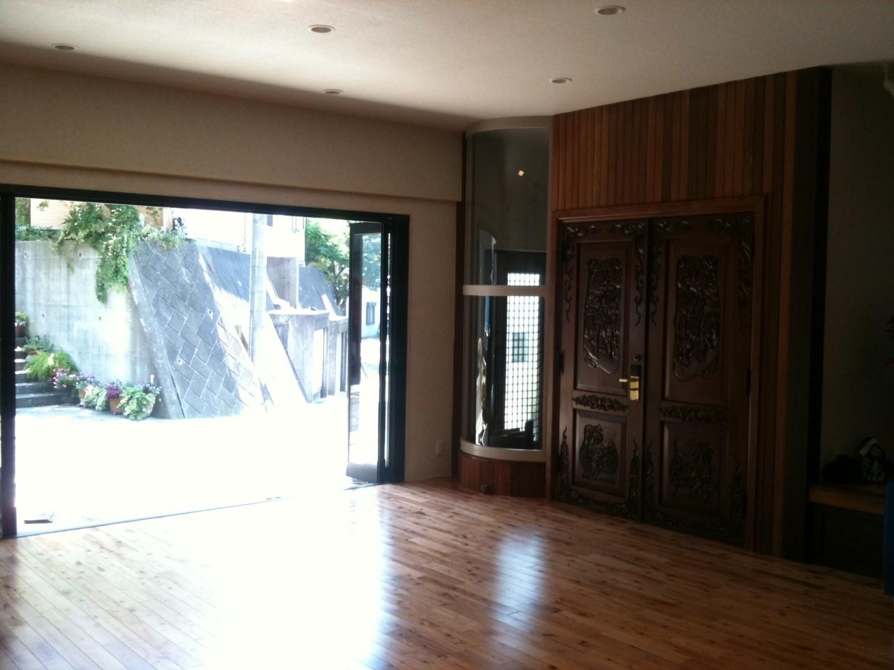武スタジオはシックな造りになっています。ガラス扉を全部開けると開放感バツグン!