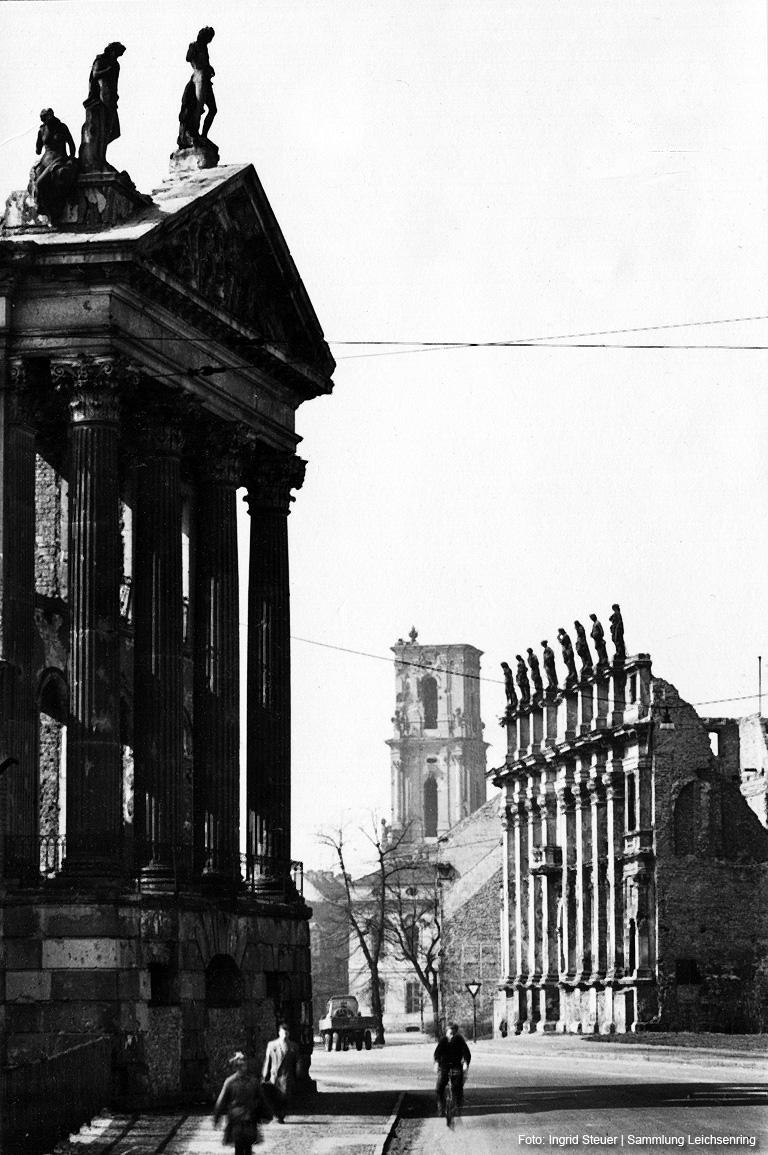 Auch die Ruinen lassen noch die frühere Pracht des Potsdamer Zentrum erkennen. Links der Kapellenflügel des Stadtschlosses, in der Mitte der Turm der Garnisonkirche, rechts die Reste des Plögerschen Gasthofes