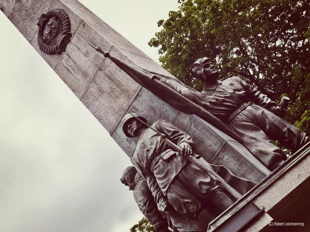 Obelisk am sowjetischen Friedhof am Bassinplatz.