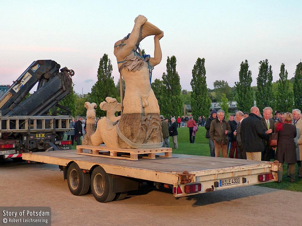 Anlieferung eines Triton im Potsdamer Lustgarten