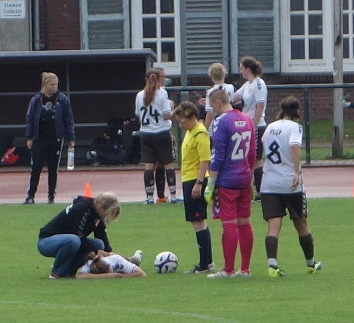 Schrecksekunde: Nina Philipp wird lange von Physiotherapeutin Wibke Seneberg behandelt