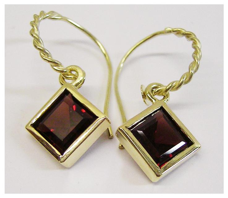 Ohrhänger Gold, mit Granatsteinen, carré .