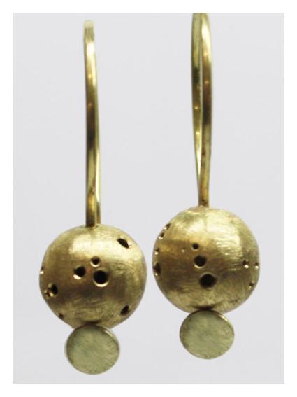 Leichte Kugel Ohrhänger mit Lochmuster aus 750er Gold