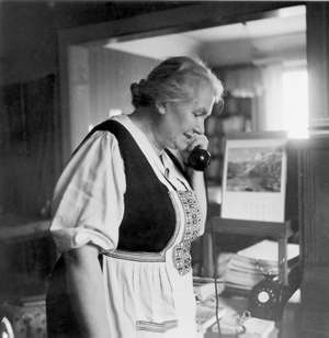 Gertrud Kurz am Telefon