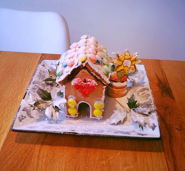 Decoratie kersthuisje met 3D koekjes bloemetje