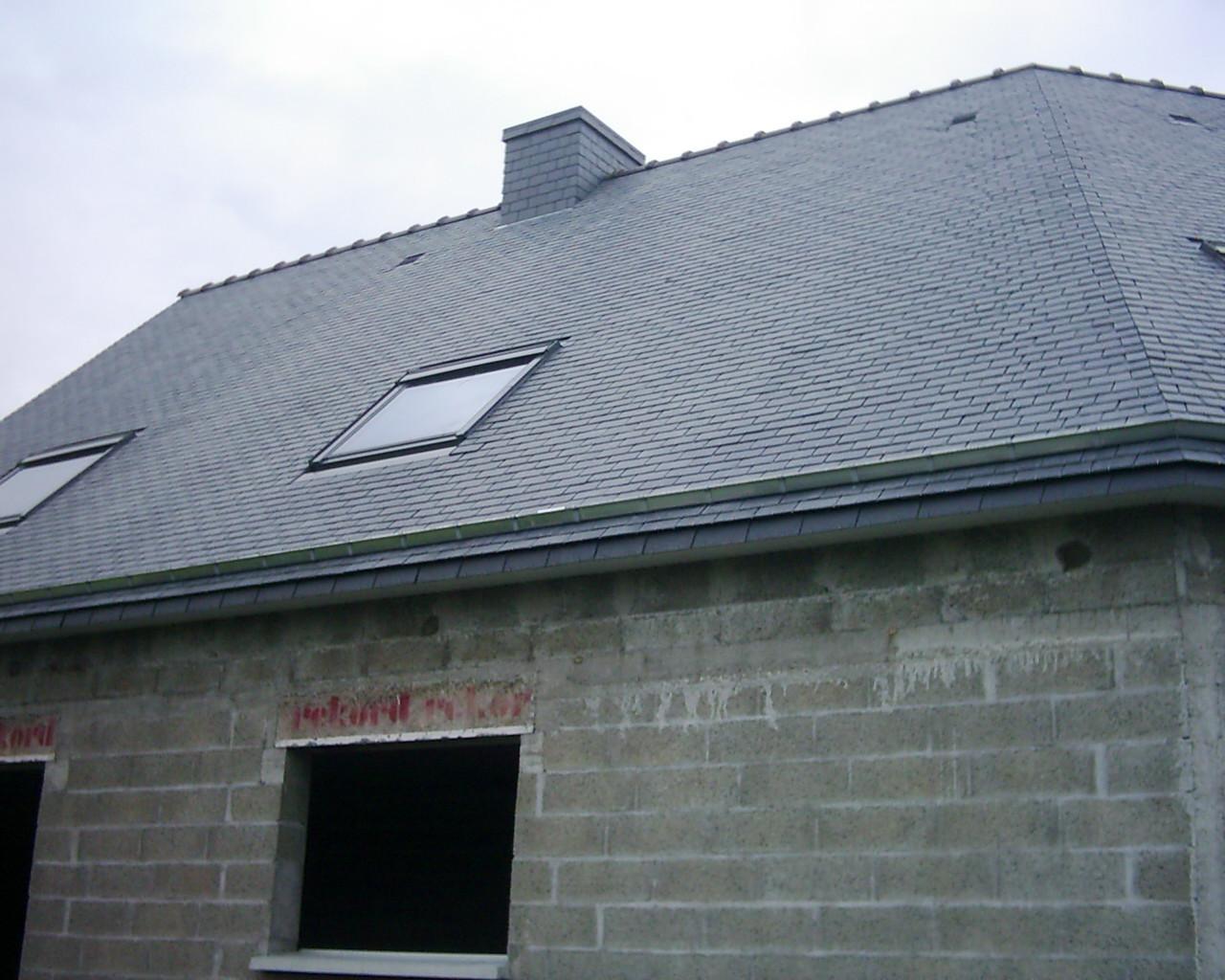 Couverture en ardoise, arêtier et habillage de cheminée