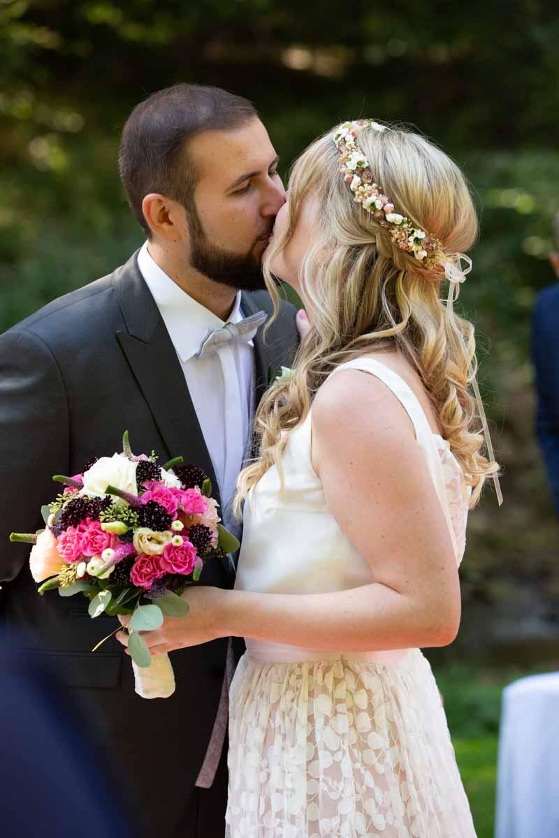 Hochzeitslocation Heidersbacher-Mühle 1, 74834 Elztal, Hochzeitsfotograf, Hochzeitsbilder, Hochzeitsreportage, First Kiss, Kuss der wahren Liebe Hochzeitsfoto, Hochzeitsstrauß, Hochzeitskleid
