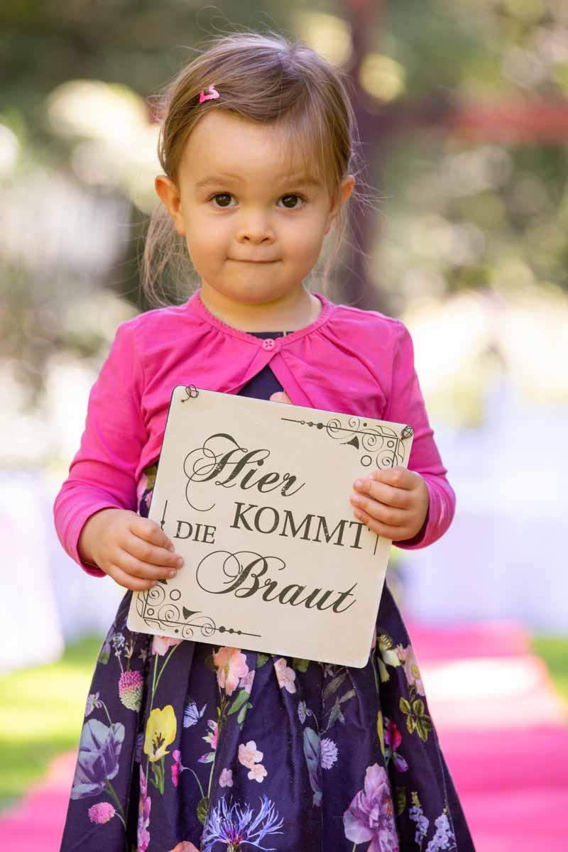 Hier kommt die Braut, Hochzeit Foto kleines Mädchen, Nichte mit Schild auf der Hochzeit, Tochter der Braut
