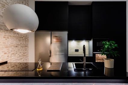 Mostramos uno de nuestros últimos proyectos en un interesante edificio de apartamentos ubicado en un antiguo hotel de Sevilla. La cocina ha dejado de ser ese sitio privado para convertirse en el corazón del hogar. Por eso es importante que la cocina sea a