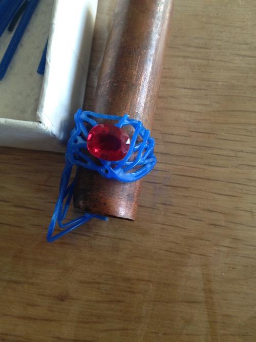 Maquette de bague réalisée en cire avec rubis.