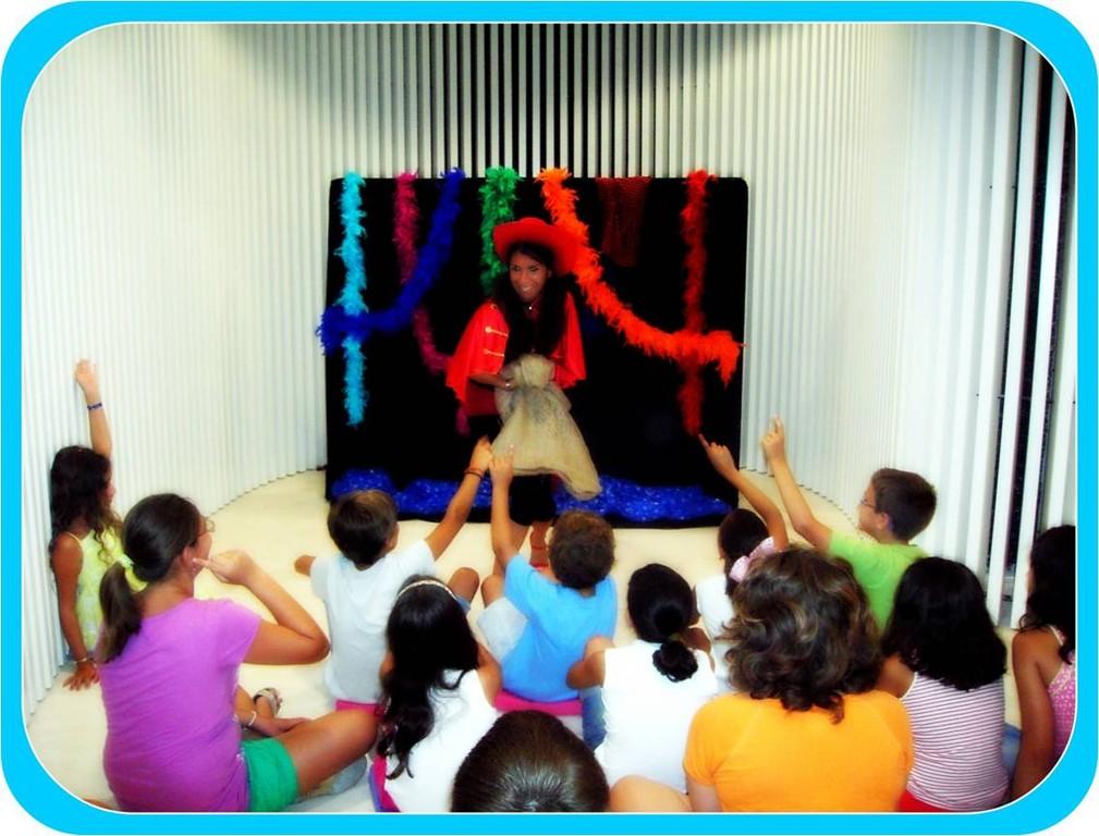 Alicia Acosta narrando en el Museo Carmen Thyssen de Málaga.