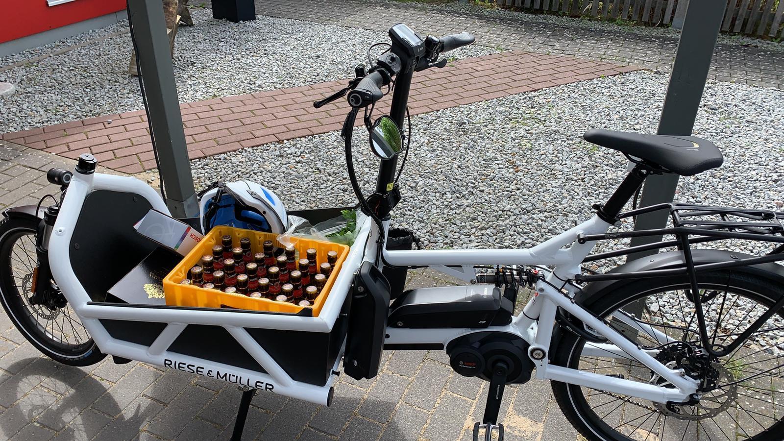 Mit dem Lastenrad erledigt man gerne den Wochenend-Einkauf. Eine Kiste Bier....Zwei Kisten Bier....Drei Kisten Bier.... Kein Problem für das Riese & Müller Load.
