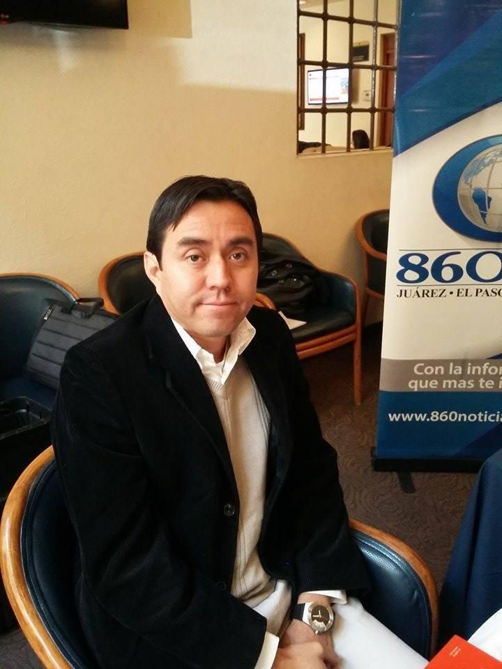 Participando en 860 AM Radio Noticias, 2014.
