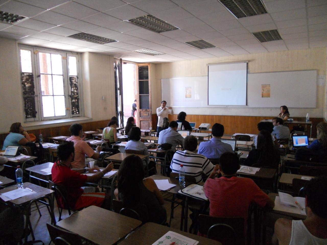 Presentando una investigación en Santiago de Chile, 2013.