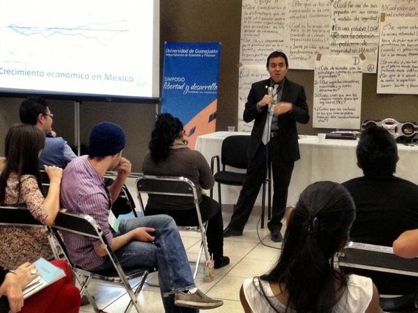 Conferencia en la Universidad de Guanajuato, 2012.