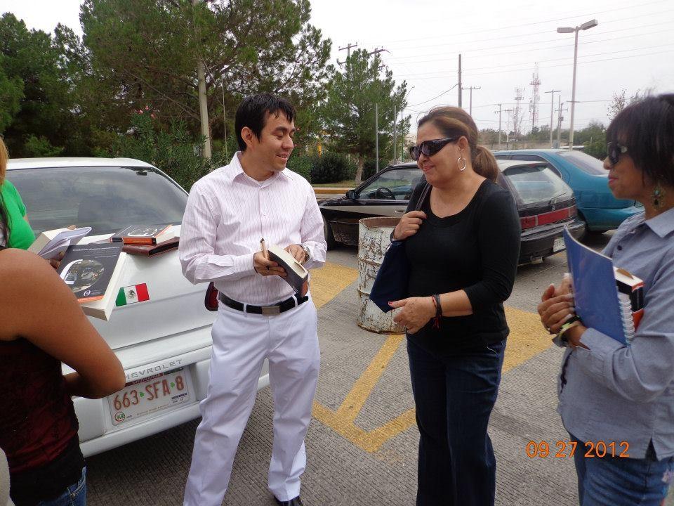 Firmando el libro de mi ex alumna y amiga Guadalupe, 2012.