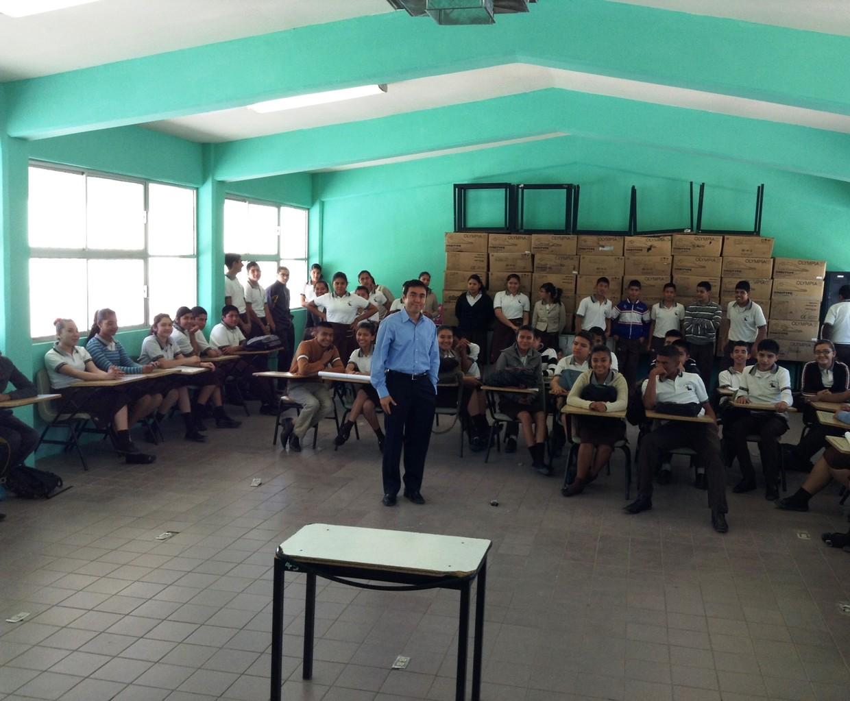 Conferencia en secundaria de Juárez, 2013.