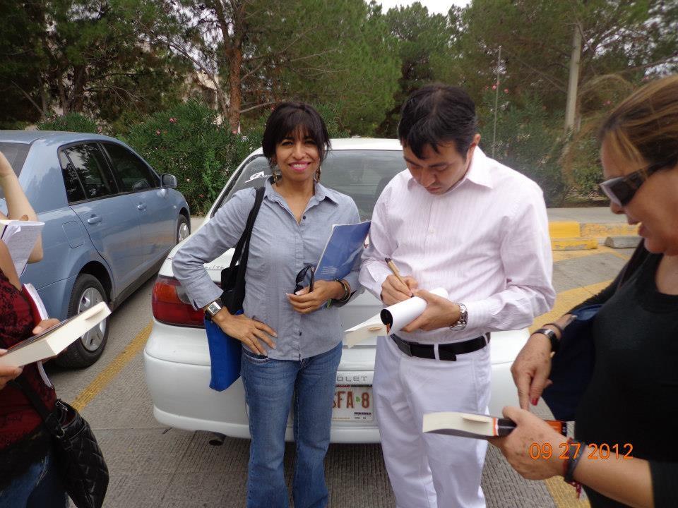 Firmando el libro de mi ex alumna y amiga María Moreno, 2012.