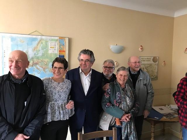 Le Maire entouré des présidents successifs de l'association.