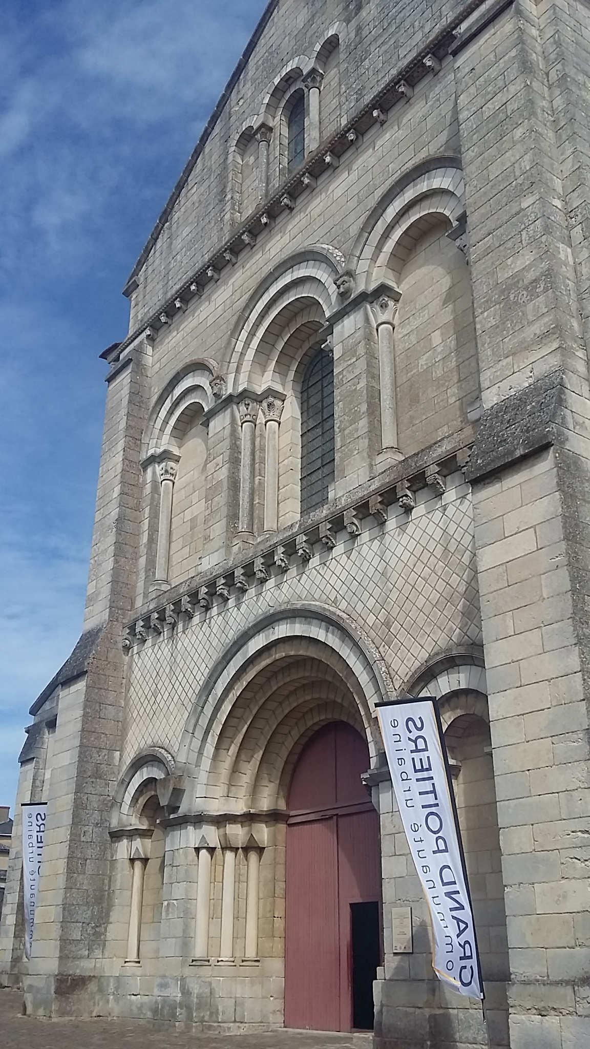Façade de l'église Saint-Hilaire.