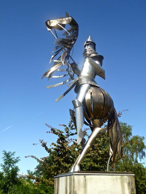 """Cette statue, réalisée par Jane Conil, est appelée """"L'épopée chimérique"""" et représente Geoffroy la grande dent"""